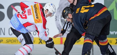 Bully zwischen Gaetan Haas von Team Schweiz und Marcus Kink von Team Deutschland wŠhrend des Spiels zwischen Deutschland und Schweiz am 07.11.2014 in MŸnchen, Deutschland. (Foto von Marco Leipold/City-Press GbR)