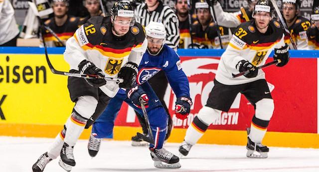 07.05.2016, 12 Brooks Macek, 37 Patrick Reimer, Eishockey-Weltmeisterschaft 2016, Frankreich (blaue Trikots) - Deutschland (weiße Trikots)